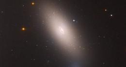 """Hubble, Perse Takımyıldızı'ndaki """"kalıntı galaksiyi"""" görüntüledi"""